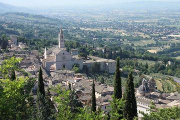 Zicht op de Basiliek van Santa Chiara, Assisi